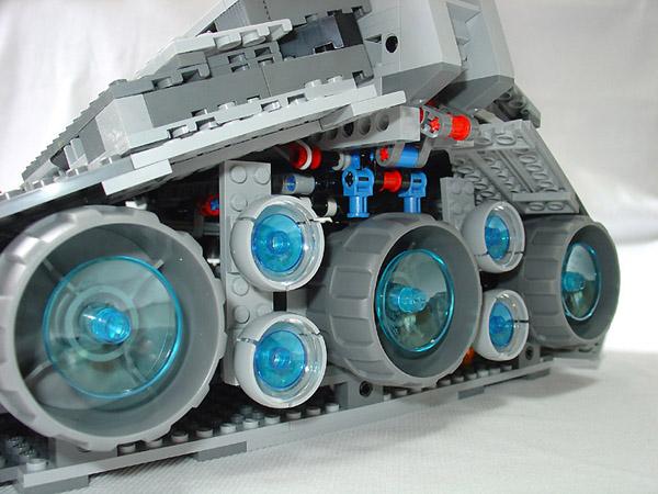 可以看到很复杂的引擎结构